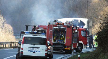 Zapalio se automobil u tunelu Bristovac, prekinut promet Između Maslenice i Svetog Roka