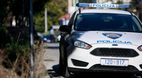 Ukradenim autom prošli kroz crveno pa bježali policiji, sletjeli s kolnika i pobjegli u šumu