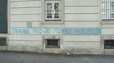 """Na pročelju zgrade """"Kluba"""" u Slovenskoj ulici osvanuo grafit"""