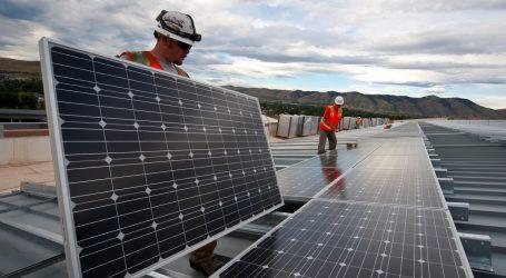Solarni paneli na površini umjetnog jezera nad starim rudnikom