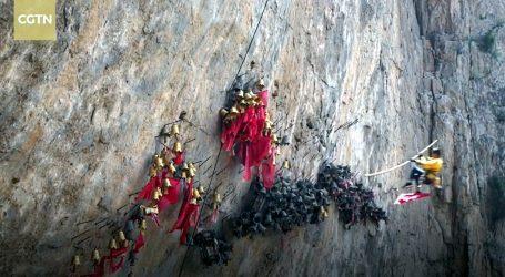 Opasan običaj vješanja zvona na strmu kamenu liticu