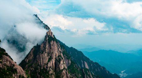 Nakon kiše azijski planinski vrhunci u oblacima