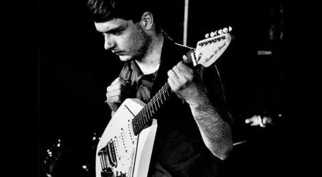 Gitara u obliku peterokuta Iana Curtisa prodaje se na dražbi za 80.000 funti