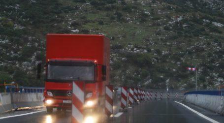 HAK: Mokri i skliski kolnici otežavaju promet, dio Jadranske magistrale zatvoren za autobuse