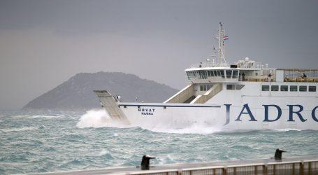 HAK: Kolnici mokri i skliski, prekidi u pomorskom prometu