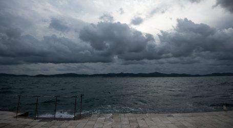 Oblačno mjestimice s kišom, a u Dalmaciji i pljuskovima s grmljavinom