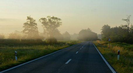 Magla mjestimice na cestama u Gorskom kotaru, Lici i Slavoniji, kolnici vlažni