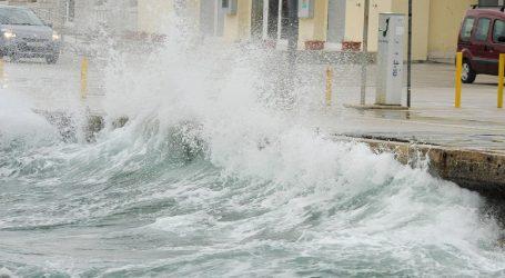 Jugo u Dalmaciji snažnije od sto na sat, ne plove brodovi