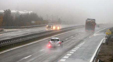 HAK: Kolnici su mokri i skliski, a zbog magle je smanjena vidljivost