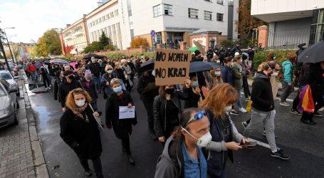 Poljaci treći dan prosvjedovali protiv drakonskog zakona o pobačaju