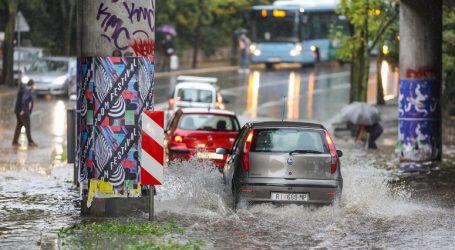 Kiša u Rijeci poplavila prometnice, voda prodrla u autobuse