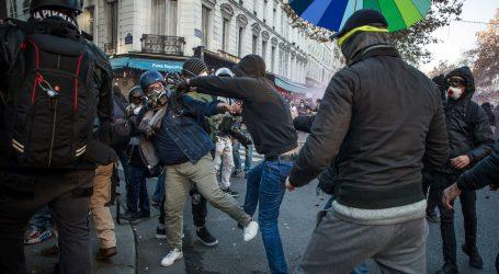 Sukobi i palež na prosvjedima u Parizu, prosvjednici gađali policiju kamenim kockama