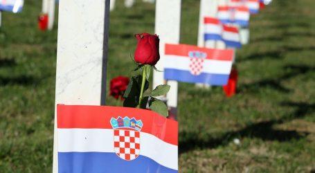 Na grobove branitelja na Memorijalnom groblju položene ruže