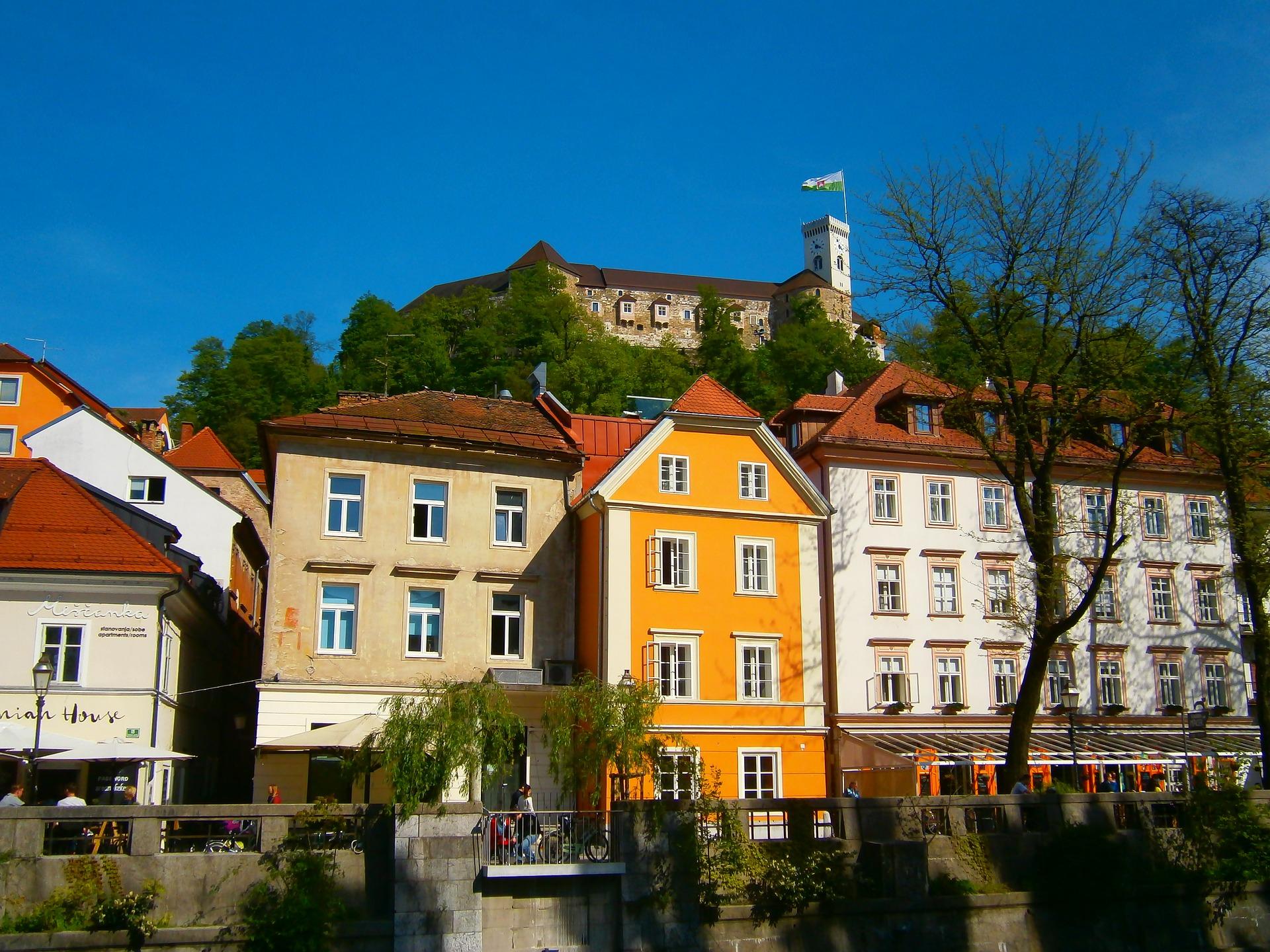 U Sloveniji 1690 novozaraženih, broj umrlih premašio tisuću