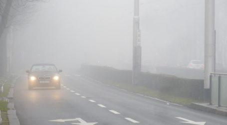 Gusta je magla, a kolnici vlažni i skliski