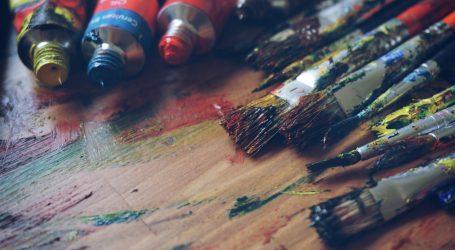 Vješti umjetnik koristi deset kistova odjednom