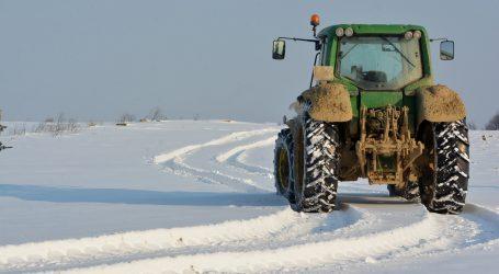 Zbog snijega traktorom dostavljao naručenu hranu