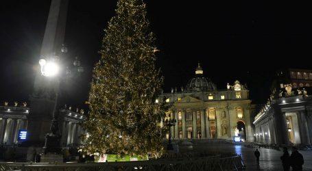 Na Trgu svetog Petra u Vatikanu osvijetljeni božićno drvo i jaslice