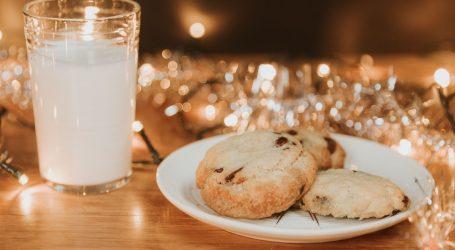Poslastice za Djeda Božićnjaka: Djeca diljem svijeta ostavljaju kolačiće i – alkohol