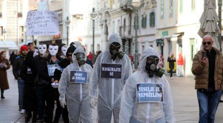 U Rijeci prosvjedovali pod maskama, u Zagrebu se demonstrativno ljubili