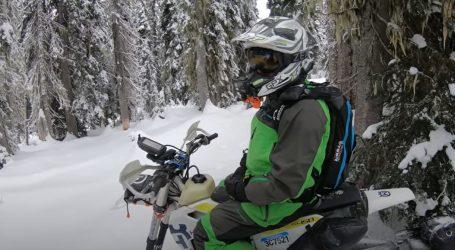Atraktivna vožnja snowbikea kroz gustu šumu samo za iskusne