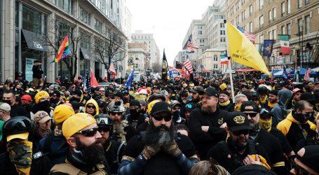 Krajnji desničari u vojnim odorama marširaju s Trumpovim pristašama