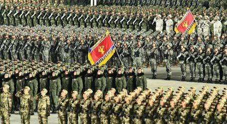 Na vojnoj smotri u Sjevernoj Koreji predstavljena je balistička raketa