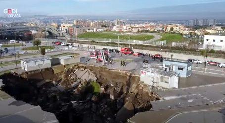 Na parkiralištu bolnice u Napulju otvorila se ogromna rupa u zemlji