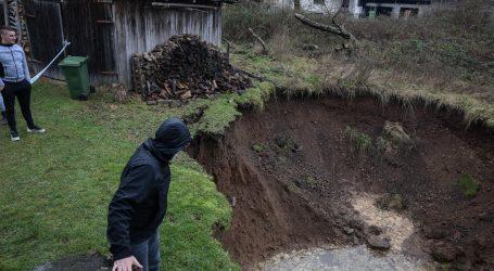 """Rupe u zemlji kod Petrinje: """"Nemamo više vrt, ali dobili smo olimpijski bazen"""""""