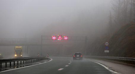 HAK: Magla i skliski kolnici, prilagodite način i brzinu vožnje uvjetima na cesti