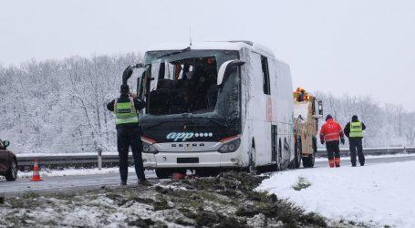 Autobus sletio s ceste na A1 i prevrnuo se, ozlijeđena dva vozača i šest putnika