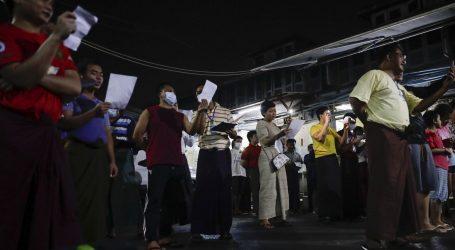 U Mjanmaru tisuće prosvjednika na ulicama, a vojska blokirala internet