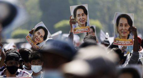 Prkose zabrani i vodenim topovima: Nastavljaju se veliki prosvjedi u Mjanmaru, deseci uhićenih
