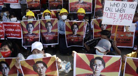 Deveti dan prosvjeda u Mjanmaru protiv vojnog puča: Deseci tisuća ljudi na ulicama, uhićeno ih skoro četiri stotine