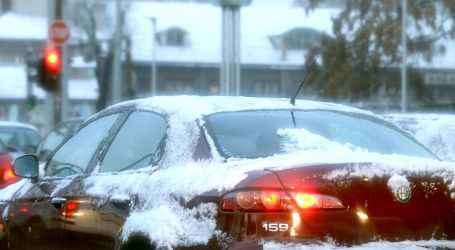 Vozači, oprez! Pada snijeg diljem zemlje, jak vjetar otežava promet
