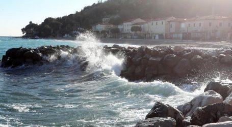 Oprezno zbog poledice, jak vjetar otežava cestovni i pomorski promet