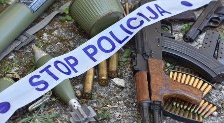 Kod muškarca u Trogiru pronađena hrpa oružja, eksploziva i droge