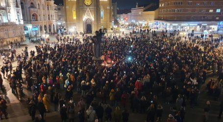 Novi Sad: Stotine ljudi na Trgu slobode pjevaju Balaševićeve pjesme. Gradska kuća, najupečatljivija građevina, ugasila svjetla