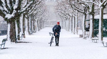 Nizozemci ni zbog snijega nisu odustali od vožnje bicikla