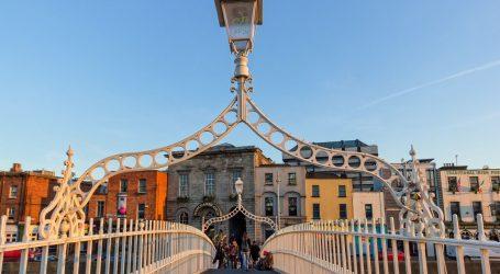 Dublin: Stotine ljudi prosvjedovalo protiv stroge karantene, izbilo nasilje s policijom