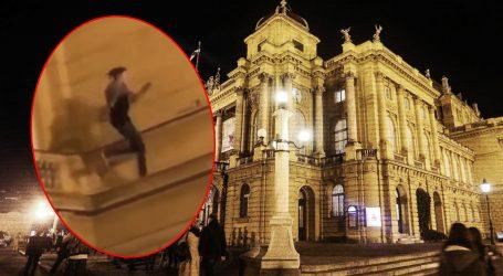 Nit' straha, nit' pameti: Mladić, uz skandiranje okupljenih, skakao po uskim izbočinama na zgradi HNK-a