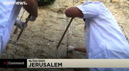 Poznati Zid plača u Jeruzalemu očišćen, molitve i poruke spremljene