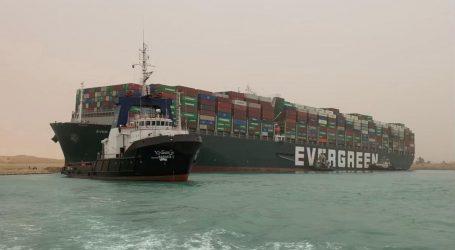 Tegljači još uvijek nastoje odvući nasukani brod u Sueskom kanalu, pomorski promet stoji