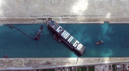 Sueski kanal: Nasukani brod i dalje blokira promet, Rusija nudi pomoć egipatskim vlastima