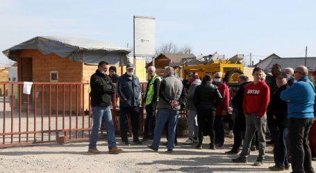 U Petrinji prosvjed zbog raspodjele donacija, u međuvremenu pristižu nove