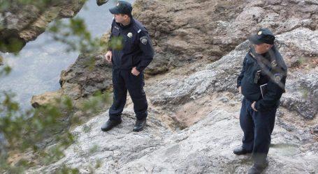 Na plaži u Brelima more izbacilo mrtvo tijelo, utvrđuju se okolnosti i identitet
