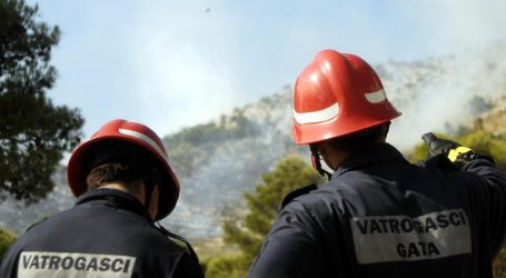 Požar iznad Omiša lokaliziralo 30 vatrogasaca