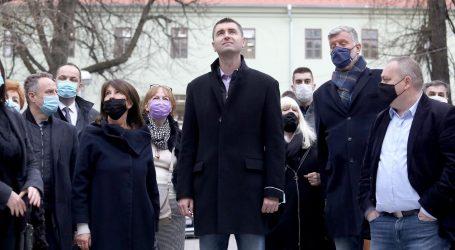 Ne ide, pa ne ide: Davor Filipović sa suradnicima došao u dvorište glazbene škole, ravnateljica zvala policiju