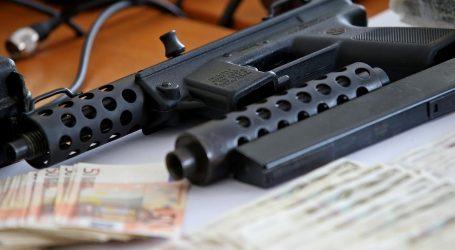 Šibenski policajac uhićen zbog prevare, u stanu mu pronašli automatsku pušku