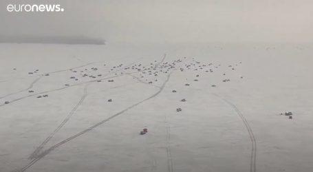 Ljudi uživaju u ribolovu na zaleđenim jezerima. U Sibiru – to je jako opasno
